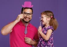 Glücklicher Vater ` s Tag! lustiger Vati und Tochter mit dem Schnurrbarttäuschen lizenzfreies stockbild