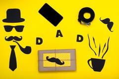 Glücklicher Vater ` s Tag Postkarte und ein Geschenk für Vati Das Hut, Gläser, Schnurrbart, Pfeife, Gurt, Tablette, Fliege, Telef Stockbild