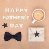 Glücklicher Vater ` s Tageshintergrund Tasse Kaffee, schöne anwesende und schwarze Fliege auf brauner Hintergrundebenenlage Diese Lizenzfreie Stockfotos