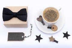 Glücklicher Vater ` s Tageshintergrund Tasse Kaffee, schöne anwesende und schwarze Fliege auf weißer Hintergrundebenenlage Lizenzfreies Stockfoto