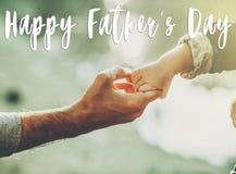 Glücklicher Vater ` s Tagestext, Grußkartenkonzept Vater und littl stockfotos