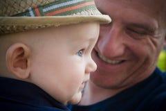 Glücklicher Vater-und Baby-Sohn lizenzfreie stockfotos