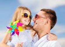 Glücklicher Vater und Kind in der Sonnenbrille über blauem Himmel stockfotos