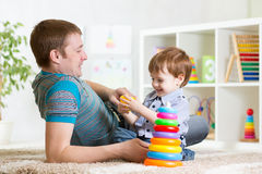 Glücklicher Vater- und Kindersohn spielen zusammen Innen an Lizenzfreie Stockfotografie