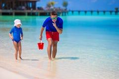 Glücklicher Vater und kleine Tochter haben Spaß an lizenzfreie stockbilder