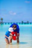 Glücklicher Vater und kleine Tochter während des Strandes machen Urlaub Lizenzfreie Stockbilder