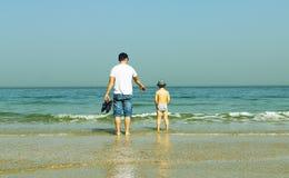 Glücklicher Vater und sein Sohn auf dem Meer Stockfotos