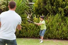 Glücklicher Vater und sein Sohn, die Baseball spielt Lizenzfreie Stockfotos