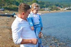 Glücklicher Vater und seine kleine Tochter auf dem Strand Stockbilder