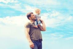 Glücklicher Vater und Sohn des atmosphärischen Fotos des Lebensstils draußen Stockfotos