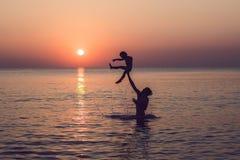 Glücklicher Vater und Sohn, die Qualitätsfamilienzeit auf dem Strand an hat lizenzfreie stockbilder