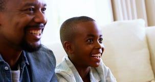 Glücklicher Vater und Sohn, die Spaß im Wohnzimmer hat stock video