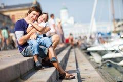 Glücklicher Vater und Sohn draußen im Stadtzentrum lizenzfreie stockbilder