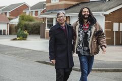 Glücklicher Vater und Sohn nach Hause, die zusammen geht Stockfotografie