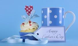 Glücklicher Vatertagskleiner kuchen mit Kaffee Lizenzfreies Stockfoto