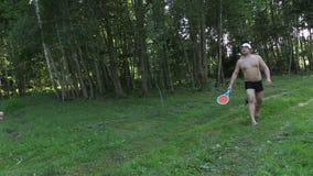 Glücklicher Vatervati mit Tochterspiel-Badmintonspiel stock video footage