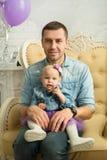 Glücklicher Vati mit einer kleinen Tochter in den Jeanskleidern Stockfotos