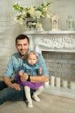 Glücklicher Vati mit einer kleinen Tochter in den Jeanskleidern Lizenzfreie Stockbilder