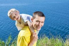 Glücklicher Vati mit seinem Sohn lizenzfreies stockfoto