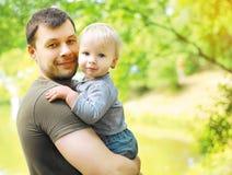 Glücklicher Vati und Sohn des Porträts Lizenzfreie Stockfotografie