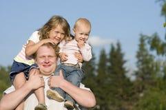 Glücklicher Vati und Töchter draußen. Lizenzfreie Stockfotos