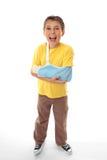 Glücklicher verletzter Junge nach medizinischer Behandlung stockfotografie