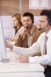 Glücklicher Verteiler, der beim Kundenkontaktcenterlächeln arbeitet lizenzfreie stockfotografie