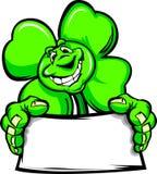 Glücklicher vier Blatt-Klee-Shamrock, der ein Zeichen anhält Lizenzfreie Stockfotografie