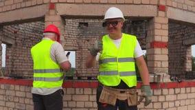 Glücklicher Vorarbeiter zeigt sich Daumen stock footage