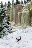 Glücklicher Wanderer auf gefrorenem Wasser stockfotografie