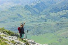 Glücklicher Wanderer in den Bergen Stockfotografie
