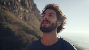 Glücklicher Wanderer, der Berge betrachtet stock footage