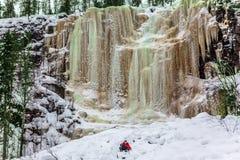 Glücklicher Wanderer geht unten in tiefen Schnee lizenzfreies stockbild