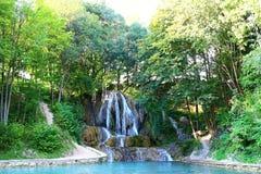 Glücklicher Wasserfall, ein Dorf mit weithin bekanntem BADEKURORT, Travertinfelder und unentbehrliches lizenzfreie stockfotos