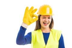 Glücklicher weiblicher Architekt, der o.k. blinzelt und darstellt Lizenzfreies Stockfoto