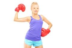 Glücklicher weiblicher Boxer mit der roten Boxhandschuhaufstellung Stockfotografie