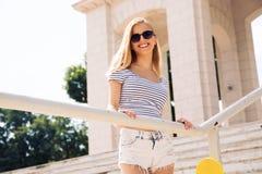 Glücklicher weiblicher Jugendlicher in der Sonnenbrille draußen Lizenzfreies Stockfoto