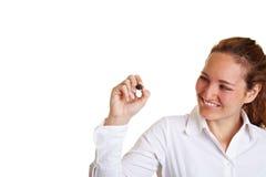 Glücklicher weiblicher Kursteilnehmer mit Feder Lizenzfreies Stockbild