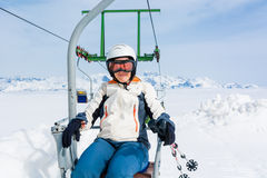 Glücklicher weiblicher Skifahrer, der einen Aufzug reitet stockbild
