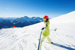 Glücklicher weiblicher Skifahrer, der selfie Foto unter Verwendung des Stockes macht Stockfoto