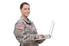 Glücklicher weiblicher Soldat, der Laptop verwendet Stockfoto