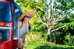Gl?cklicher weiblicher Tourist in einem tuk tuk stockbild