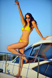 Glücklicher weiblicher Tourist, Spaß auf Luxusyacht habend Lizenzfreie Stockfotografie