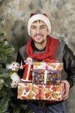 Glücklicher Weihnachtsmann mit Geschenken Stockfoto