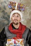 Glücklicher Weihnachtsmann mit Geschenken Lizenzfreies Stockfoto