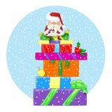 Glücklicher Weihnachtsmann sitzt auf einem großen Stapel der Geschenke Lizenzfreies Stockbild