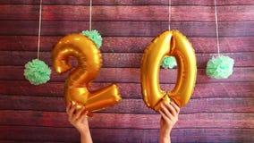 Glücklicher zwanzig Geburtstag mit goldenen Luftballonen der Nr. 20, Jahrestag stock video footage