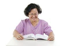 Glückliches älteres Buch der erwachsenen Frau Lese Stockfoto