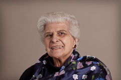 Glückliches älteres Dameportrait. Stockfotos