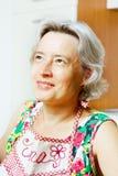 Glückliches älteres Frauenportrait Stockfotos